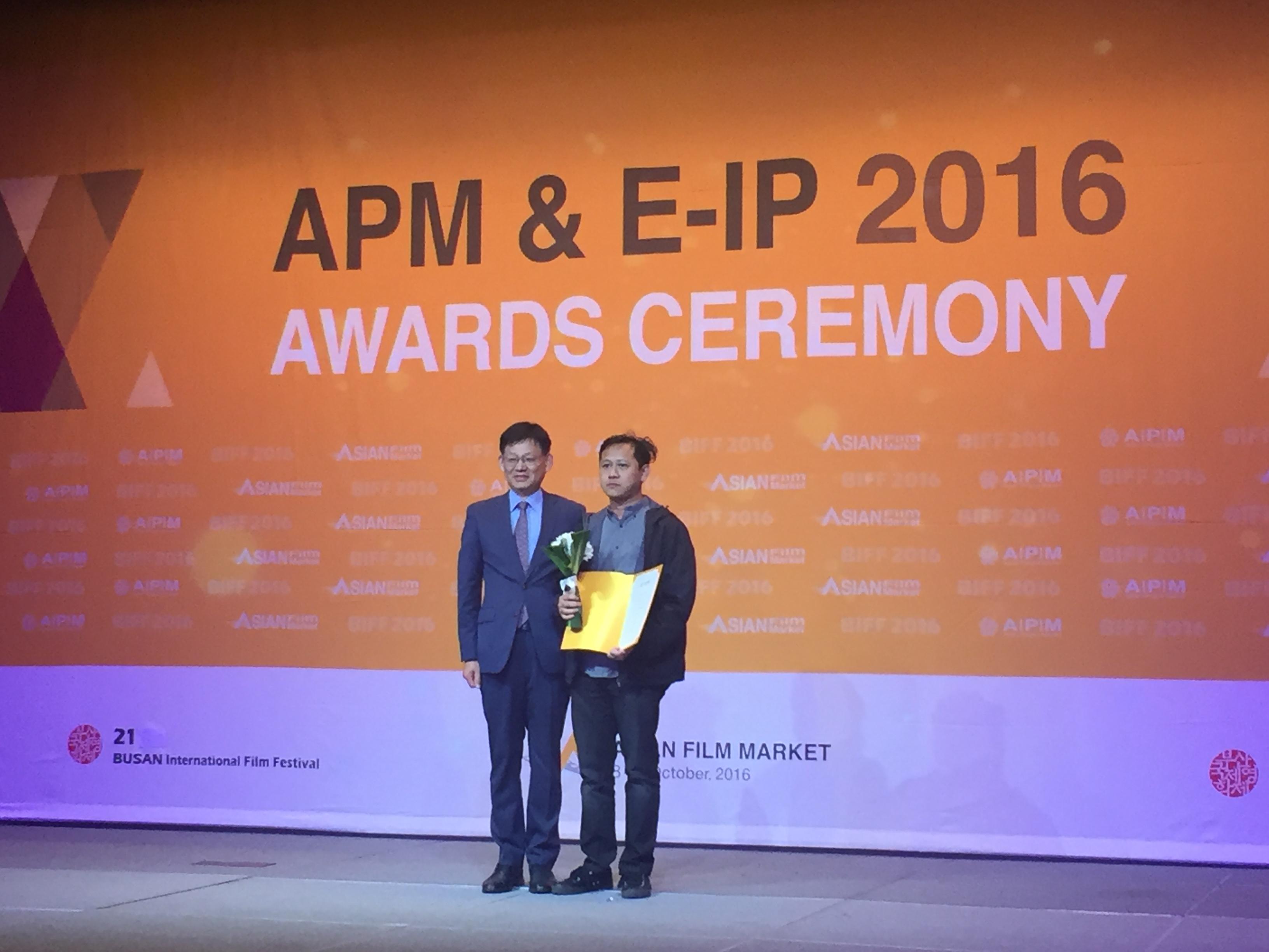 Edwin memenangkan penghargaan Busan Award di Asian Project Market 2016.